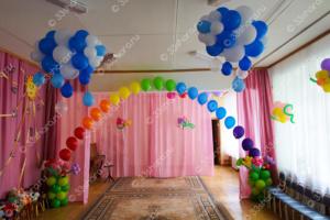 Украшение выпускного в детском саду - гелиевая арка с цветами и облака