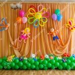 Украшение зала на выпускной в детском саду - солнышко, полянка, фигурки мальчика и девочки