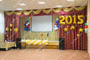 Оформление шарами сцены на последний звонок в школе - гирлянда, цифры и огромные фонтаны