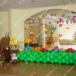 Оформление зала на выпускной в детском саду - полянка, фигуры школьников, напольные фонтаны