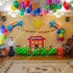 Украшение шарами выпускного в детском саду - панно Школа, фигурки школьников, полянка