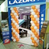 Бело-оранжевые колонны из шаров для мебельных салонов LAZURIT