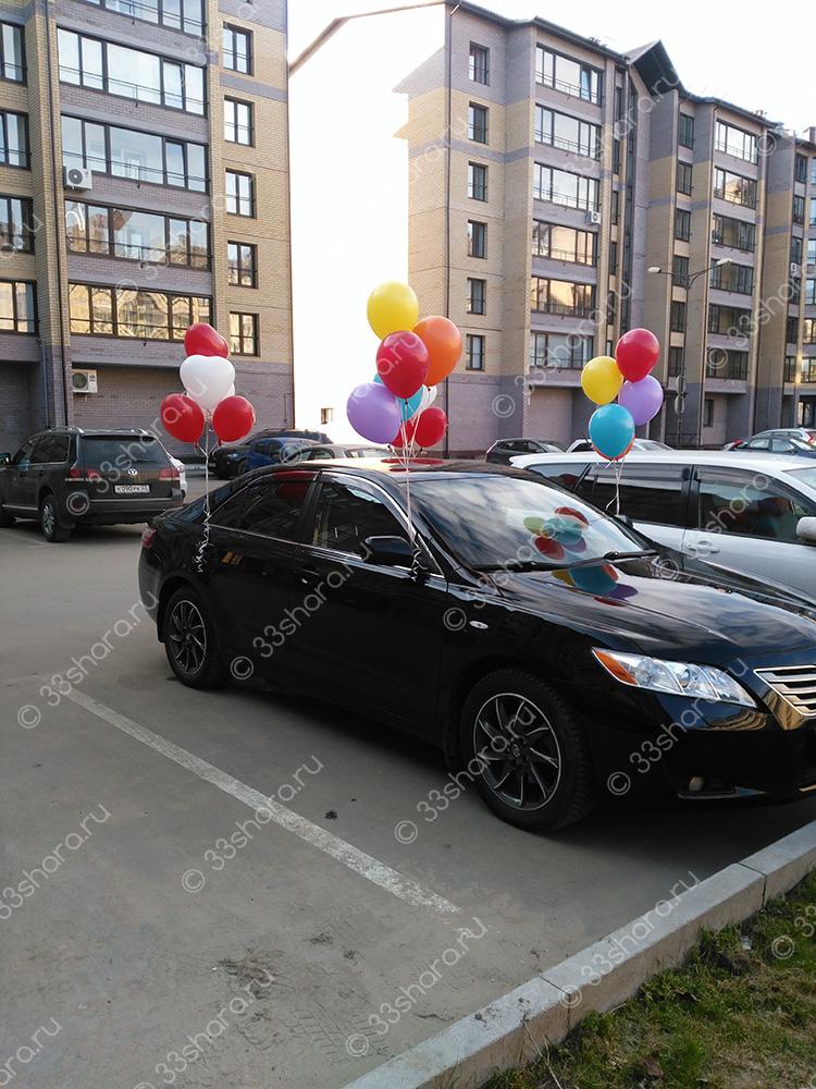 Украшение автомобиля во Владимире связками из шаров