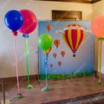 Фотозона из огромных шаров с атласными лентами