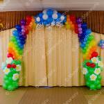 Цветочная арка-радуга из воздушных шаров на выпускной из детского сада
