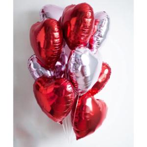 Фонтан из фольгированных сердец