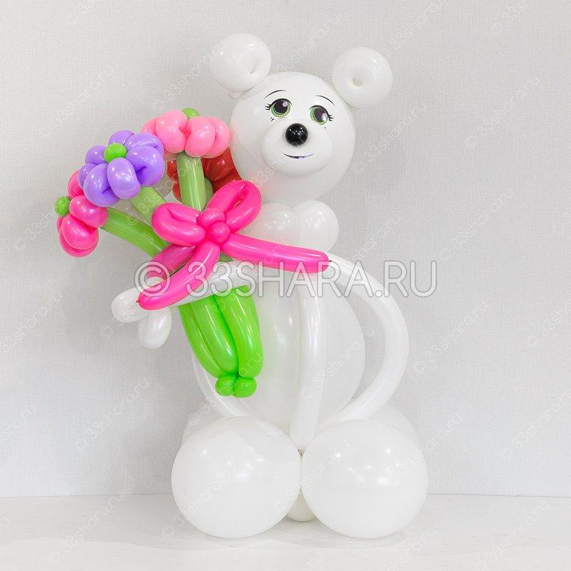 Белый медведь с букетом из воздушных шариков