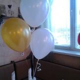 Фонтан из трех гелиевых шаров на столе