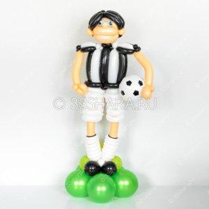 2-01 Высокий футболист в черно-желтой форме из воздушных шаров