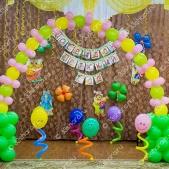 Украшение зала на выпускной в детском саду Владимир — арка из линколунов и веселые пружинки