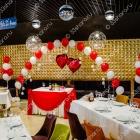 Оформление свадьбы в ресторане «Taksi» во Владимире — драпировка стола и шарики