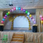 Оформление сцены в школе – арка из линколунов и гелиевая цепочка