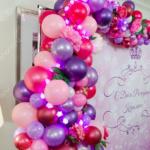 Украшение фотозоны – арка с шарами и цветами и единичка